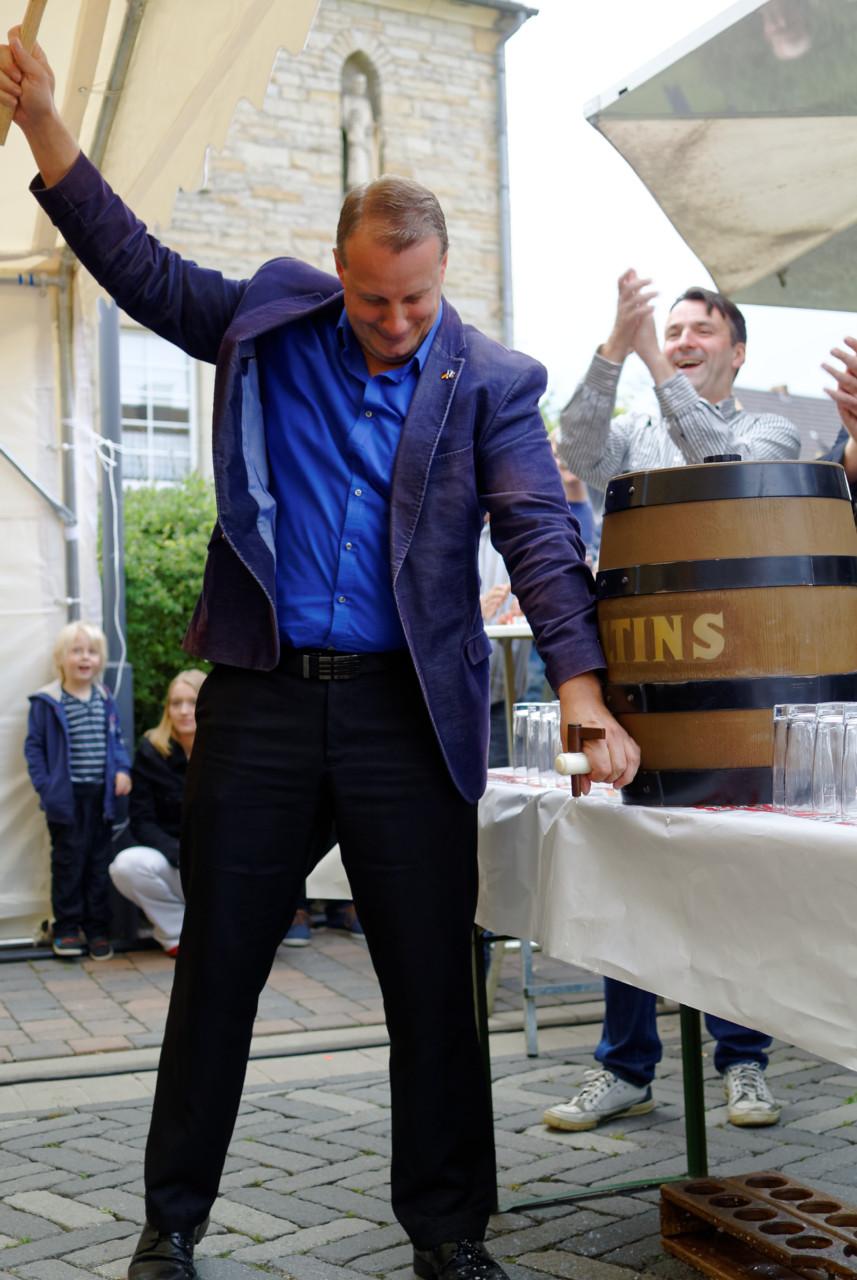 Fassanstich durch den Bürgermeister Stefan Streit